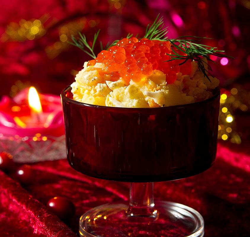 Salat aus Kaviar, Kartoffeln, Artischocken, Spargel, Eiern und Karotten