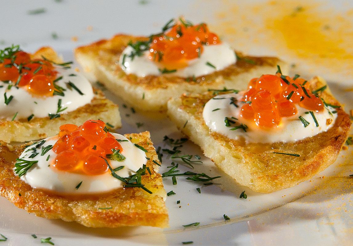 Mini-Kartoffelpuffer aus Kartoffeln und Kaviar